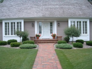 Landscaping-ideas-for-small-front-yards-easy-ideas-symmetrical-front-garden-lawn-shrubs